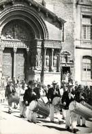 13 - Tambourinaires Du Pays D'Arles  édit. Phot; G. Augier à Carpentras  -Très Bel Etat (2 Scans). - Arles