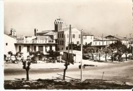 CP  13   LES  SAINTES- MARIES-DE-LA-MER    69-53   Hotel  De  La  Plage  Et  La  Place - Saintes Maries De La Mer