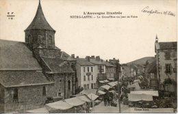 63. Bourg Lastic. La Grand Rue Un Jour De Foire. Leger Pli En Haut - Otros Municipios