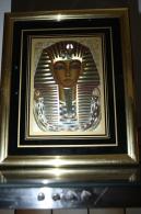 EGYPTE TOUTENKAMOUNE 21/16 Cm DANS SONT ENCADROMENT DOREE SOUS VERRE - Art Oriental