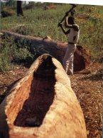 (681) Malawi - Man Carving A Canoe - Malawi