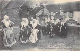 29] Finistère-PLOUGASTEL DAOULAS  Groupe De Mariées Se Rendant à La Cérémonie ( Grands Mariages COSTUMES) - Plougastel-Daoulas