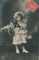 ENFANTS - LITTLE GIRL - MAEDCHEN  - Jolie Carte Fantaisie Portrait Fillette Avec Jolie Robe Et Fleurs - Portraits