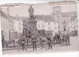 CPA Militaria : SAINT DIE Pendant L´occupation Allemande - Les Premiers Cyclistes Sur La Place Jules Ferry - Guerre 1914-18