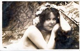 Junge Hübsche Frau, Nackt Mit Blumenkopfschmuck In Erotischer Pose, Fotokarte Nicht Gelaufen Um 1930, Gute Erhaltung - Frauen
