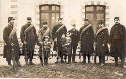 WISSOUS  CARTE PHOTO MILITAIRE  LOT DE 3. SOLDATS DU 4ME REG SUR PATTE DE COL. LES GVC ? DEVANT LA GARE.  AVRIL MAI 1915 - France