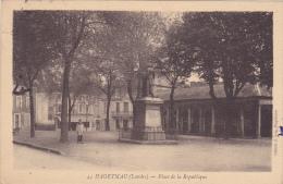 CPA 40 @ HAGETMAU @ Place De La République @ Statue En 1932 - Hagetmau