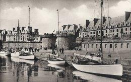Bretagne - Saint-Malo  Le Port Des Yachts Et La Grande Parte.  A-2651 - Bretagne