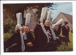 CP - Groupe De Bigoudènes Près De La Chapelle - Pardon Dela Clarté - Costumes
