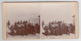 SEYNE LES ALPES - Sur La Terrasse De La Batterie Du Col-Bas Août 1911 - Curés - Prêtres - Carte Stéréo Sur Carton Rigide - France