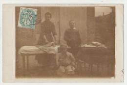 CARTE PHOTO : VIE QUOTIDIENNE - LE REPASSAGE - ECRITE A PARIS EN 1907 - 2 SCANS - - Photographs