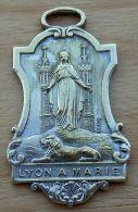 Med-2919  Belle Et Grande  Médaille Signée Pénin .Lyon à Marie - Religion & Esotericism