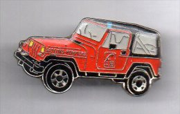 Pin´s Voiture SAPEURS POMPIERS 18 Type Jeep 4x4 Rouge Signé BADGES IMPACT - Firemen