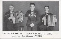 7497 - Accordéon Fredo Gardoni-Jean Cyrano Et Dino Vedettes Des Disques Pathé - Musique Et Musiciens