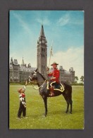 POLICE - ROYAL CANADIAN MOUNTED POLICE - R.C.M.P. - MOUNTIE AT PEACE TOWER OTTAWA WITH BOY IN COWBOY COSTUME - Police - Gendarmerie