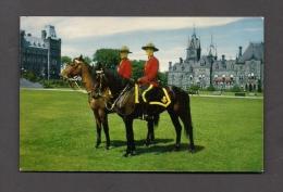 POLICE - ROYAL CANADIAN MOUNTED POLICE - R.C.M.P. - MOUNTIES ON HORSEBACK - PHOTO F.J. HAYWARD - Police - Gendarmerie