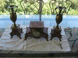 GARNITURE DE CHEMINEE HORLOGE ET 2 CASSOLETTES EN BRONZE ET MARBRE - Clocks