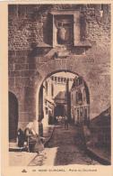 LE MONT SAINT MICHEL - Porte Du Boulevard Animé Vieille Femme Assise Pancarte Sur Les Genoux Mendiante ? - Le Mont Saint Michel