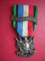 MEDAILLE MILITAIRE / MILITARIA  1870 1871 OUBLIER   JAMAIS  AVEC UN BOUTON : GATTY RUE RAMBUTEAU 38 - Francia