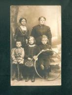 Carte Photo Famille Mère Et Enfants Jouets Cerceau Carabine Raquette Et Volant ( Dora AS DE TREFLE) - Grupo De Niños Y Familias