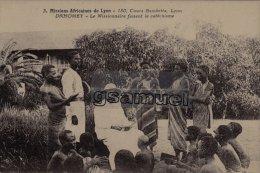 DAHOMEY - Mission Africaines De Lyon - Le Missionnaire Faisnt Le Catéchisme. - (voir Scan). - Dahomey