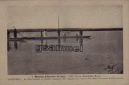 DAHOMEY - Mission Africaines De Lyon - Le Missinnaire Va Prècher L´évangile. Les Voyages Sur L´eau Se Font Dans Des .... - Dahomey