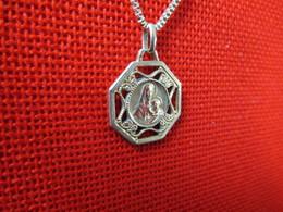 Médaille Religieuse Ancienne Dorée Ajourée ND Notre Dame Vierge à L'enfant Catholique Vers 1920 Etat B - Religion & Esotérisme