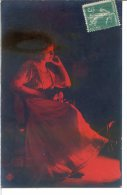 Femme Songeuse - Carte Colorée En Rouge Dans La Masse - Femmes