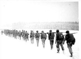 PHOTO AMATEUR 9/6 CM AVEC MILITAIRES     ....QUI RECONNAITRA? - Guerre, Militaire