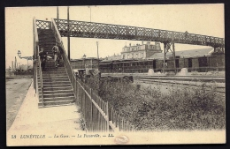 CPA ANCIENNE- FRANCE- LUNEVILLE (54)- LA GARE AVEC TRAIN- ESCALIER DE LA PASSERELLE ANIMÉ- TRES GROS PLAN - Luneville
