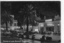 VARAZZE DI NOTTE - KURSAAL MARGHERITA - ANIMATA + AUTO E MOTO - VG 1956 - Andere Städte