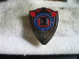 Pin´s Des Sapeurs Pompiers De LAVAL Sur VOLOGNE. Sauver Ou Périr - Firemen