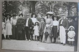 Photo-carte, Famille Devant Le Kiosque, Photographie Art Moderne, Luchon, Circulée En 1919 - 2 Scans - Luchon