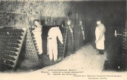 51 LE VIN DE CHAMPAGNE SERIE F  EPERNAY CAVES DE LA MAISON MERCIER REMUAGE DES BOUTEILLES - Epernay