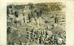 Guerre 14-18 Soldats Allemands Posant Dans Un Village En Ruines - Guerre, Militaire