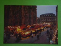 STRASBOURG LE MARCHE DE NOEL SUR LE PARVIS DE LA CATHEDRALE - Strasbourg