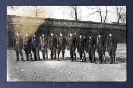 Rare Carte Photo : Soldats De Cavalerie Avec Sabres Et Bottes - Armée Circa 1910 - Dos Vierge - Casernes