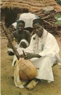 """GUINE PORTUGUESA . TOCADOR DE """" KORA """" (Mandiga) FULACUNDA . Homme à La Pipe Jouant D' Un Instrument De Musique Local - Guinea-Bissau"""