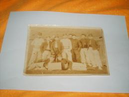 ANCIENNE PHOTO SEPIA MILITAIRE A IDENTIFIER FIN 19E / DEBUT 20E SIECLES /  PANCARTE CLASSE FRICOT - CLUB. A IDENTIFIER. - Guerre, Militaire