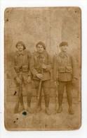 CPA WW1 Carte Photo Portrait D'un Groupe De 3 Chasseurs Alpins Armes à La Main Dans L'état - Régiments