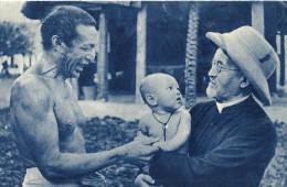 Non Classés. Missions Chrétienne D'océanie , Scène De Joie Entre Un Prètre Missionnaire Et Un Père Heureux . - Non Classés