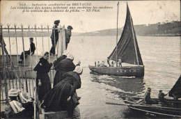 29. INDUSTRIE SARDINIERE En BRETAGNE - Les Commises Des Usines Achetant Aux Enchères Les Sardines - France