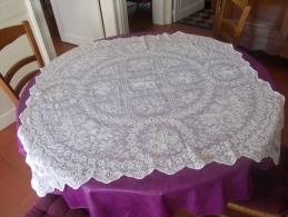 NAPPE ANCIENNE CARREE EN FIL OU DESSUS D'EDREDON ENTOURAGE CRANTEE - 1m10X1m10 - Laces & Cloth