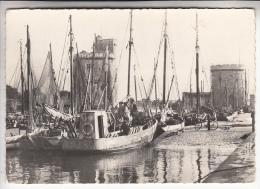 LA ROCHELLE 17 - Entrée Du Port - Bateaux De Pêche Chalutier En Bon Plan - CPSM Dentelée GF N° 14 - Charente Maritime - La Rochelle
