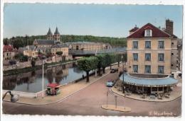 Melun, La Rue Saint-Ambroise Et Le Quai Du Maréchal Joffre à L'entée Du Pont... Café-Tabac Du Pont, Automobiles, 1960 - Melun