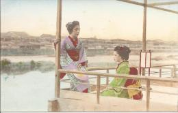 7826 -  Deux  Geisha Sur Une Terrasse Au Bord De L´eau - Japon