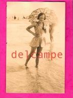 Carte Photo Fillette, Ombrelle Et Tenue De Bain Au Bord De Mer 1927-Girl, Parasol And Holding Of Bath At The Edge Of Sea - Moda