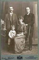 """Foto, Junge Frau Mit Bub Und Zwei Männer, Großes Foto Auf Karton 1917, Atelier """"Gustav Schubert"""" In Wien XIII - Anonyme Personen"""