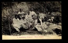 R BTPYS Madagascar Tananarive Groupe D'indigènes - Madagascar