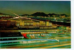HONG KONG - VIEW OF PLANE MAKING A NIGHT LANDING AT KAI TAK AIRPORT/ AEROPORT/FLUGHAFEN - Cina (Hong Kong)